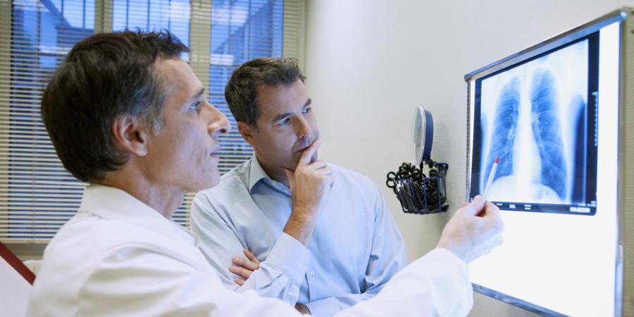 Arzt und Patient besprechen Behandlungsoptionen beim Lungenemphysem