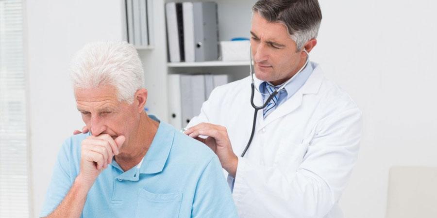 Arzt hört Patient auf Emphysem-Symptome ab